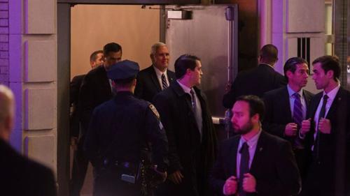 Phó tổng thống đắc cử Mike Pence được các mật vụ vây quanh khi rời nhà hátRichard Rogers, New York, vào tối qua. Ảnh: AP