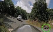 Ôtô khách ôm cua đụng ngã xe máy trên đèo Đà Lạt