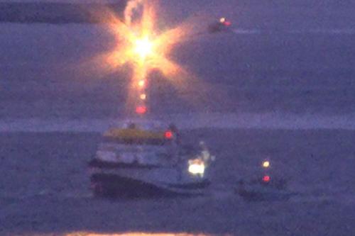 Tàu hải quân Anh HMS Sabre bắn pháo sáng cảnh báo tàu khảo sát Tây Ban Nha ngoài khơi Gibraltar. Ảnh: Mirror.