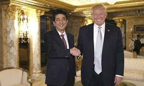 Thủ tướng Shinzo Abe và tổng thống đắc cử DonaldTrump trong cuộc gặp tại Tháp Trump ở New York hôm 17/11.
