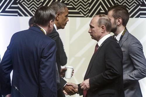 Tổng thống Mỹ Barack Obama và người đồng cấp Nga Vladimir Putin bắt tay sau cuộc gặp ngắn tại Peru. Ảnh: AP.