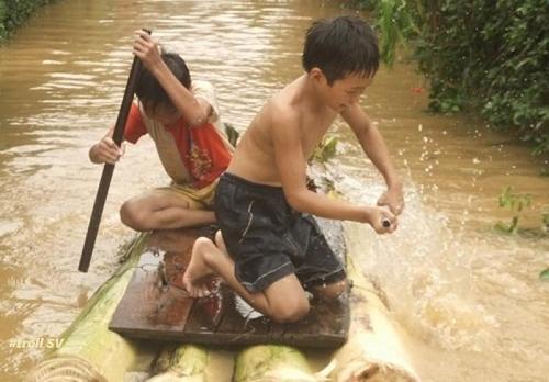 Phương tiện vượt sông của trẻ con nông thôn ngày trước.