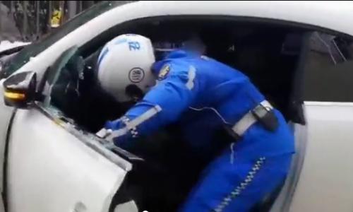 video-tai-xe-han-quoc-chay-tron-bi-canh-sat-dap-vo-kinh-xe-hot-tren-mang-xh