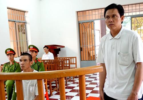 Bị cáo Sang (đứng) và Quốc tại tòa. Ảnh: Hoàng Nam