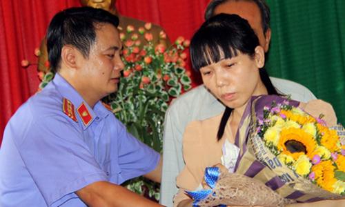 Viện kiểm sát và công an huyện Nhơn Trạch công khai xin lỗi bà Ngọc. Ảnh: Phước Tuấn