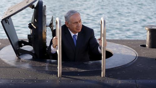Thủ tướng Israel Benjamin Netanyahu bước lên từ tàu ngầm. Ảnh: Reuters