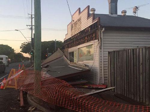 Một phần cửa hàng gần nhà McConnell bị sập sau cú đâm xe. Ảnh: Chanel 9