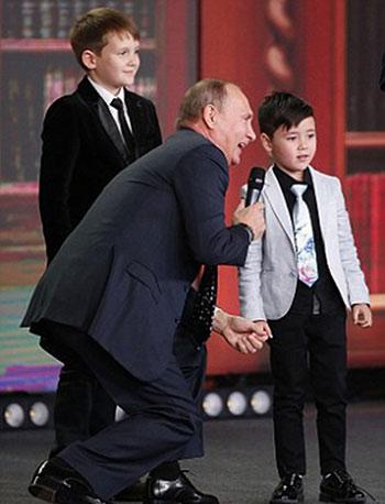 Tổng thống Putin trò chuyện với hai nam sinh