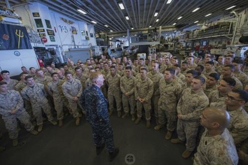 Lính hải quân trên tàu Mỹ. Ảnh: Reuters