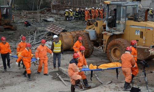 Hiện trường vụ sập giàn giáo cùng phần đáy tháp làm mát nhà máy điện ở Trung Quốc. Ảnh: Reuters.