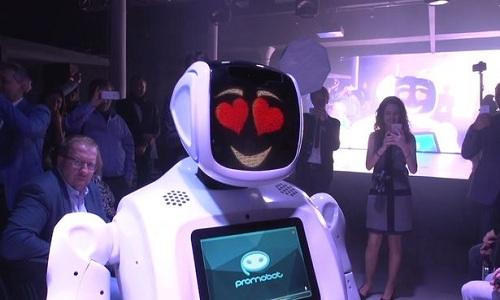 robot-nga-doi-huong-tren-san-dien-de-tan-tinh-nguoi-mau