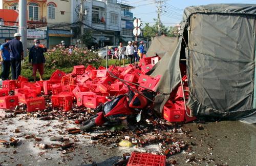 Xe máy của 2 vợ chồng bị thùng bia đổ lên. Ảnh: Phước Tuấn