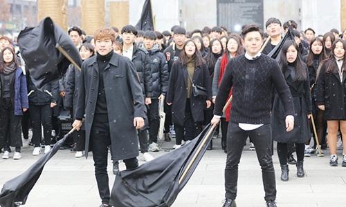 Sinh viên Hàn Quốc tham gia biểu tình chống Tổng thống Park Geun-hye. Ảnh: KoreaTimes