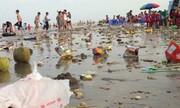 5 thanh niên ngồi nhậu giữa bãi rác trên biển