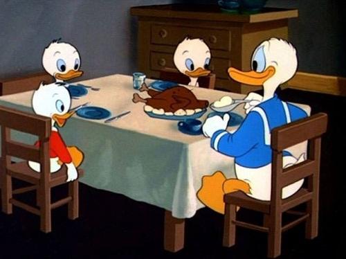Gia đình vịt Donald ăn thịt gà?