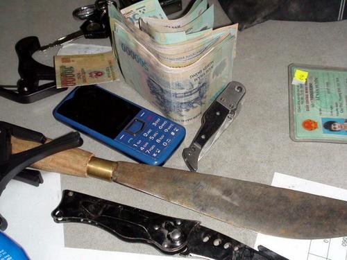 2 con dao cùng tang vật vụ án được công an thu giữ. Ảnh: Thái Hà
