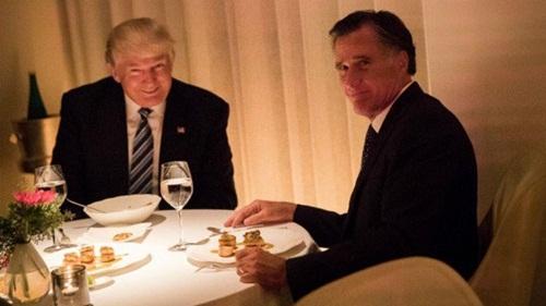Donald Trump và Mitt Romney trong bữa tối tại nhà hàng Pháp ở New York hôm 29/11. Ảnh:
