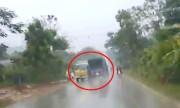 Tài xế hốt hoảng khi thấy xe tải trước mặt mất lái gây tai nạn