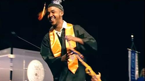 Abdul Razak Ali Artan trong bức ảnh tốt nghiệp trường Columbus State Community College năm 2016