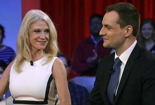 Robby Mook, quản lý chiến dịch tranh cử Clinton - Kaine (phải), và