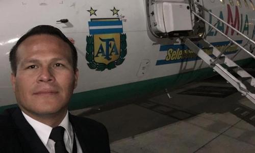 Phi công Miguel Quiroga chụp ảnh trước khi lên buồng lái chiếc phi cơ trong chuyến bay định mệnh hôm 28/11. Ảnh: Sun.