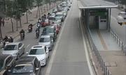Ôtô xếp hàng dài nhường đường xe buýt nhanh