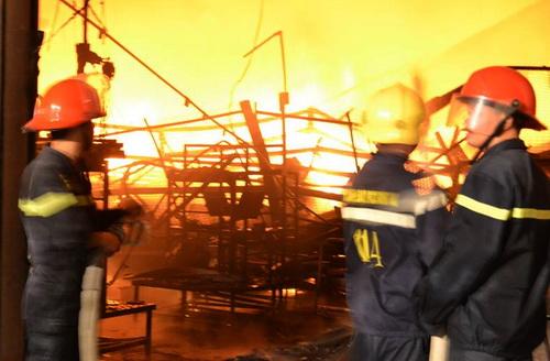Các chiến sĩ PCCC cố gắng dập lửa. Ảnh: Thái Hà
