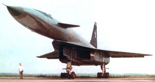sukhoi-t-4-oanh-tac-co-so-huu-600-bang-phat-minh-cua-lien-xo-1