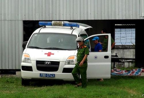 Cảnh sát có mặt đưa các thi thể khỏi hầm nước mắm. Ảnh: N.X