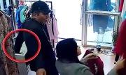 Trộm mặc áo vets lấy iPhone sau lưng cô gái