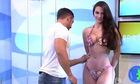 Người đẹp bikini nổi giận vì bị sàm sỡ trên sóng truyền hình hài nhất tuần qua