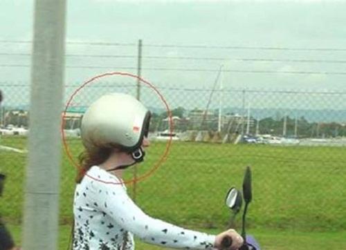 Cách đội mũ bảo hiểm đúng chuẩn.