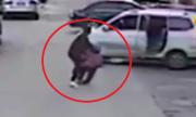 Bé trai Trung Quốc 7 tuổi bị kẻ bắt cóc lôi vào ôtô giữa ban ngày