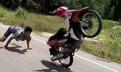 Chiêu thức ếch vồ xe máy.