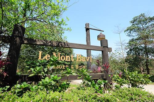 Công trình mang tên Le Mont Bavi Resort&Spa do Công ty TNHH Phát triển công nghệ (CFTD) làm chủ đầu tư. Quần thể công trình được xây dựng ở độ cao 600 m so với mực nước biển, giữa Vườn quốc gia Ba Vì.