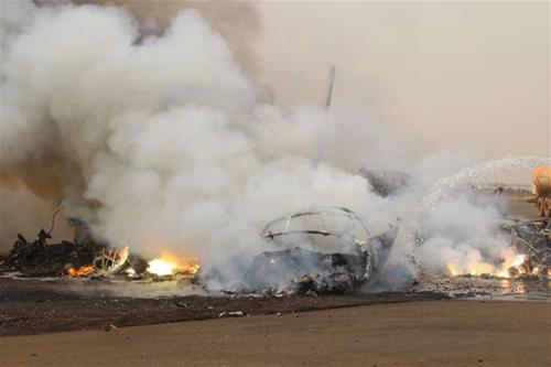 Máy bay bốc cháy trơ khung tại hiện trường. Ảnh: