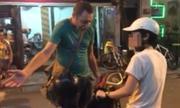 Ông Tây chặn đường, bắt cô gái dắt xe máy ở phố đi bộ Hà Nội