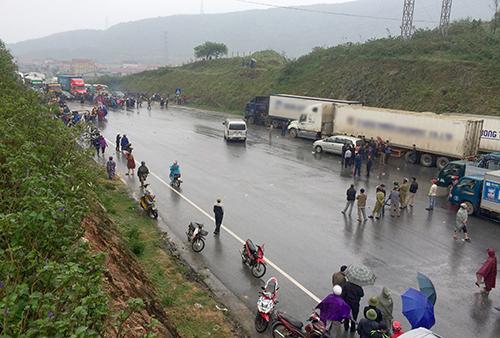 Người dân tụ tập chặn quốc lộ 1A đoạn qua Đèo Con (thị xã Kỳ Anh) chiều 2/4. Ảnh: Đức Hùng