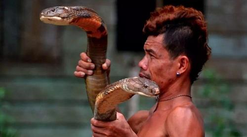 ho-mang-chua-dai-4-met-om-nang-khi-can-phai-di-nhan-indonesia