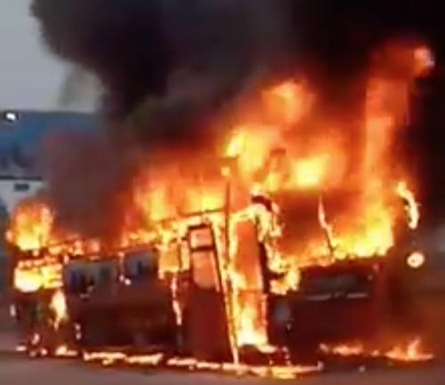 Xe khách nổ lốp, bốc cháy ngùn ngụt