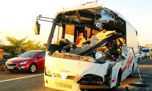 5 người bị nạn khi hai ôtô tông nhau trên cao tốc Trung Lương