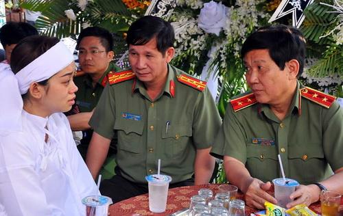 Thứ trưởng Bộ Công an Sơn thăm hỏi gia đình thiếu tá Sơn. Ảnh: Phước Tuấn