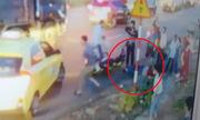 Xe máy văng gần chục mét vì tông ôtô khách