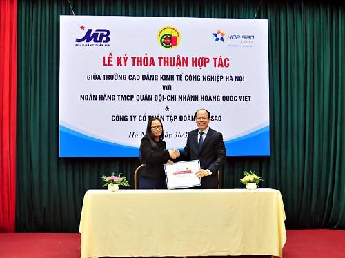 NGND. TS. Hà Xuân Quang  Hiệu trưởng, đại diện nhà trường ký kết hợp tác với Công ty cổ phần Tập đoàn Hoa Sao