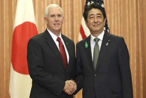 Phó tổng thống Mỹ Mike Pence và Thủ tướng Nhật Shinzo Abe tại thủ đô Tokyo. Ảnh: AP