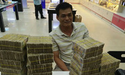 Mang hàng chục cọc tiền lẻ đi mua hai iPhone 7 ở Sài Gòn