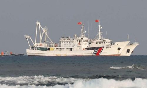 Một tàu hải cảnh Trung Quốc gần bãi cạn Scarborough. Ảnh: Reuters