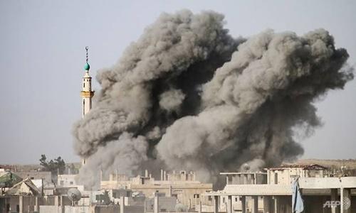 Khói bụi bốc lên sau trận không kích hôm 21/4 của Syria nhằm vào thành phố miền nam Daraa do phe nổi dậy chiếm giữ. Ảnh: AFP
