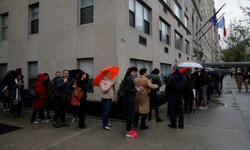 Người Pháp xếp hàng chờ bỏ phiếu tại lãnh sự quán Pháp ở New York, Mỹ. Ảnh: Reuters.