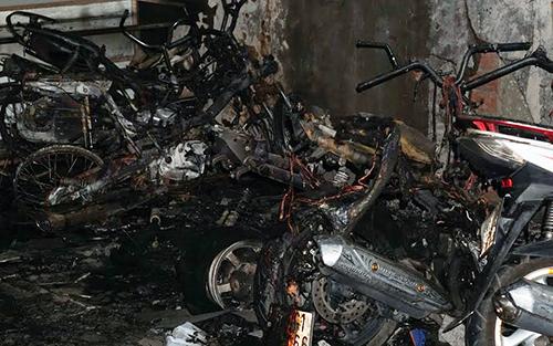 Nhiều xe máy bị cháy rụi. Ảnh: Nguyệt Triều.